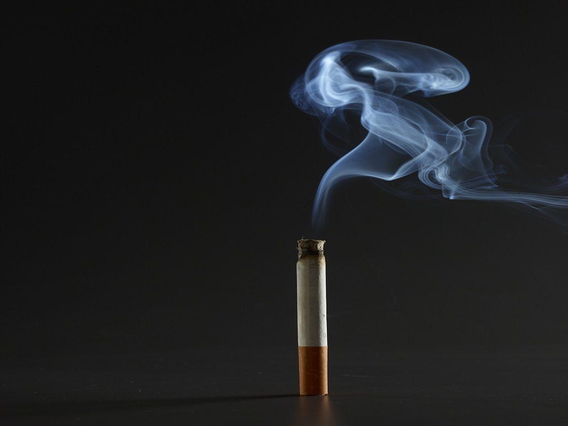 التدخين له ثلاثة أيادٍ